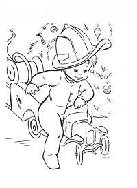 Мальчик играет в пожарника Раскраски машины бесплатно
