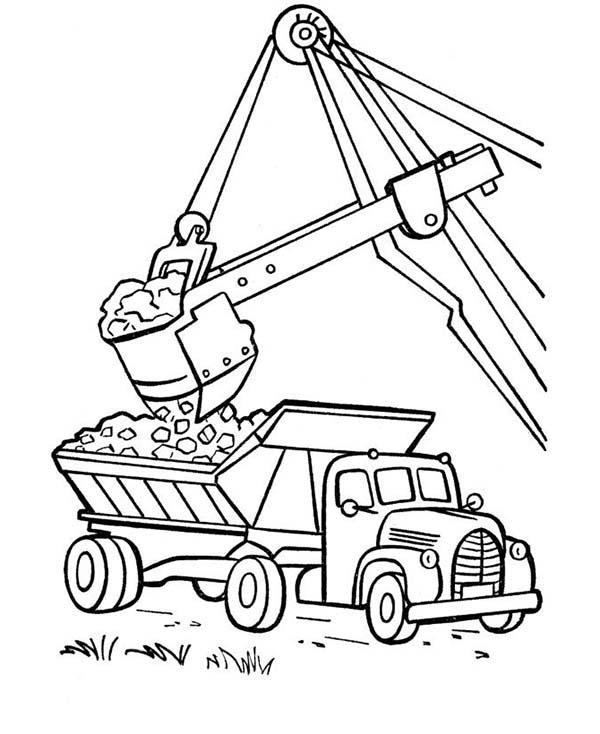 Огромный экскаватор загружает породу в самосвал на карьере Скачать раскраски машины